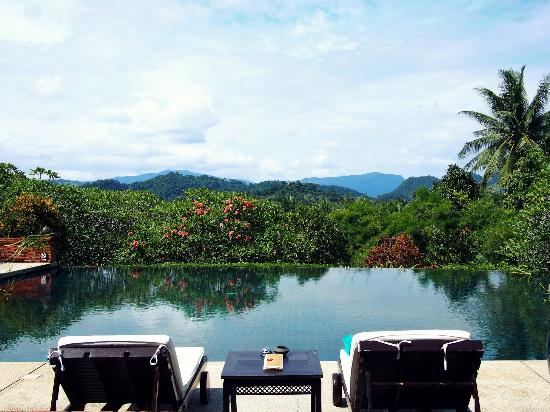 ‪‪Belmond La Residence Phou Vao‬: Infinity pool with stunning views of the surrounding mountains‬