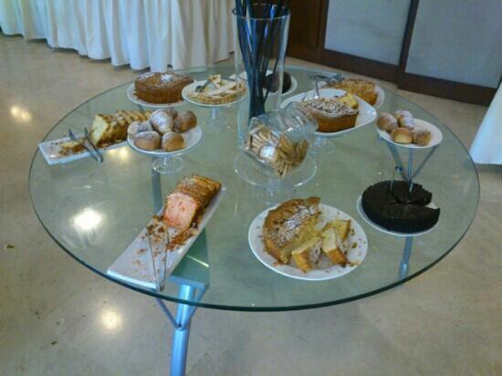 Mercure Genova San Biagio: Tavolo delle torte per colazione!