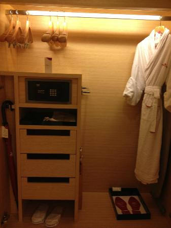 Crowne Plaza Hotel Hong Kong Causeway Bay: closet with safe, robes, umbrella