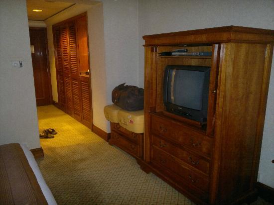 Conrad Cairo : the door, wardrobe, and TV cabinet