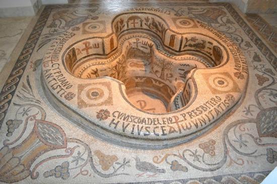 Musée National du Bardo : Baptismal font.