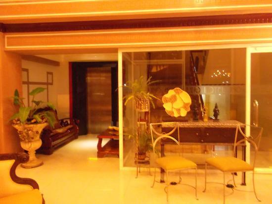 Hotel Uno: elevator area...