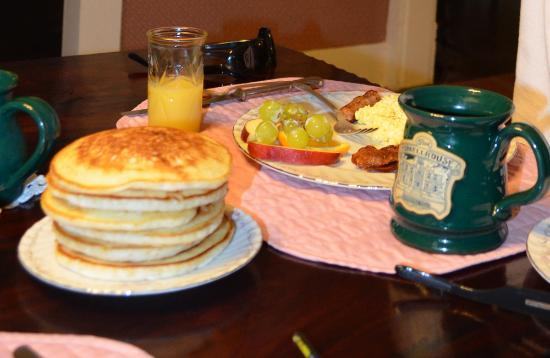 Thee Hubbell House Bed & Breakfast: Delicious breakfast :)