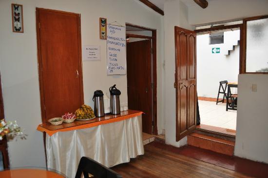 Hostal Tupana Wasi: Mesa do buffet do café da manhã