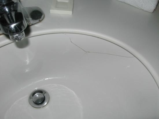 La Quinta Inn Farmington: Cracked sink