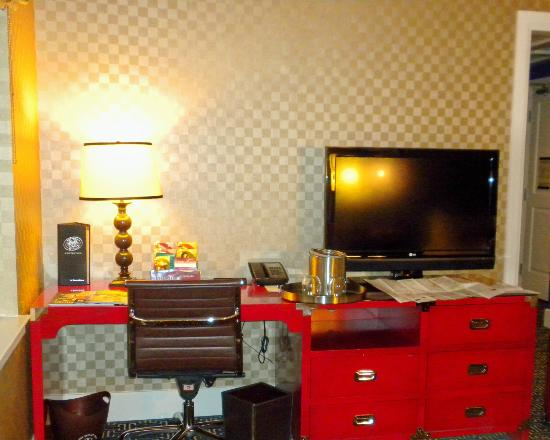 Kimpton Hotel Monaco Baltimore Inner Harbor: Good sized desk and flat screen television
