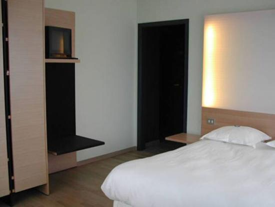 Hotel 322: Guest room