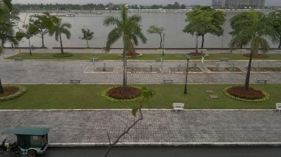 Bougainvillier Hotel: View from the balcony of River Mekong and riverside