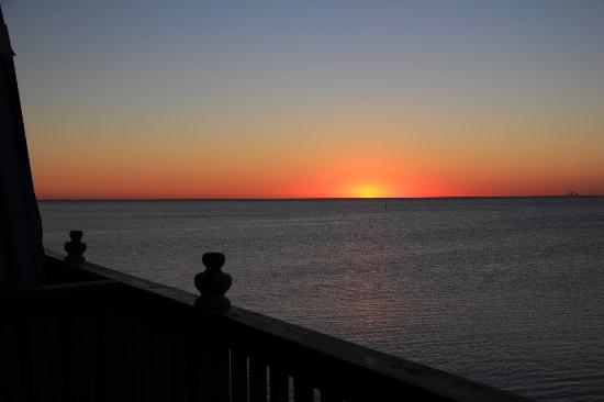 Cedar Key Harbour Master Suites: Sunrise viewed from our balcony