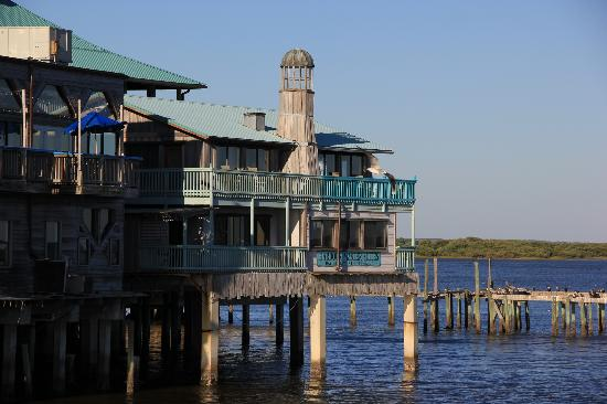Cedar Key Harbour Master Suites: View of the Harbour Master Suites from the fishing pier