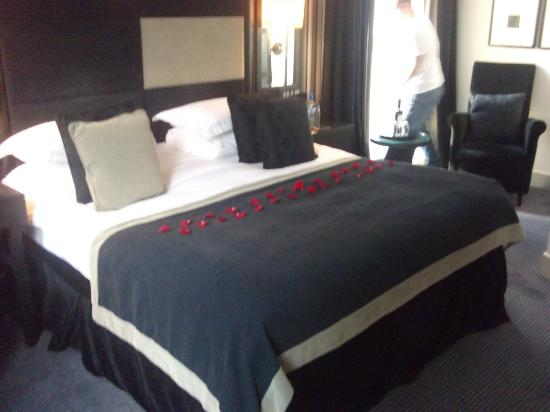 Malmaison Manchester: Big bed with rose petals: Junior suite