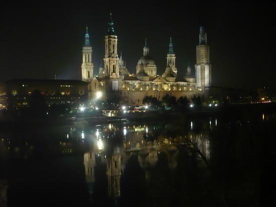 Basilica de Nuestra Senora del Pilar : Vista nocturna de El Pilar.