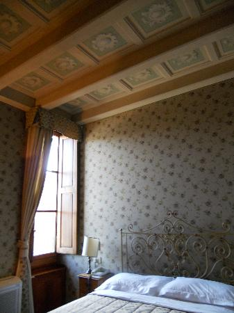 Hotel Loggiato dei Serviti: The Coffer ceiling in room 14.