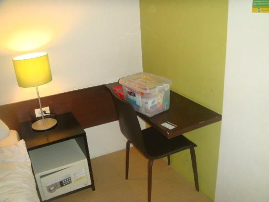 Go Hotels Mandaluyong: cozy side table inside the room