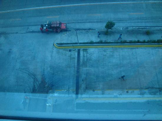 Go Hotels Mandaluyong: view of the road below