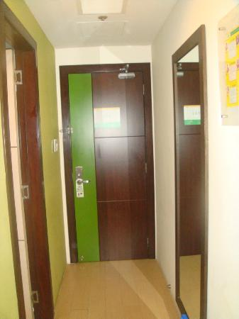 Go Hotels Mandaluyong: the door