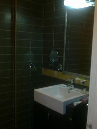 Days Hotel Aqaba: Modern bathroom