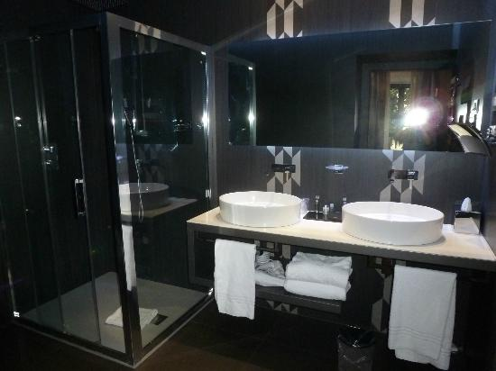 Berg Luxury Hotel: 3rd Floor – Basic King Room Bathroom (Very Modern)