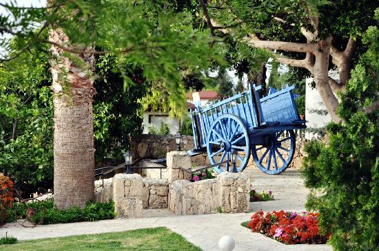Almond Holiday Village: gardens with one of many antique attractions