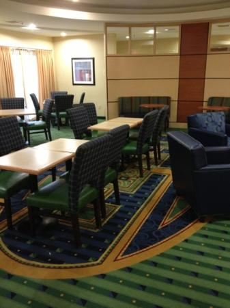 SpringHill Suites Indianapolis Fishers: dinning area w/tv