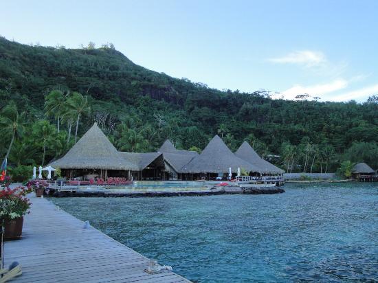 Sofitel Bora Bora Marara Beach Resort: BAR-PISCINA-RISTORANTE