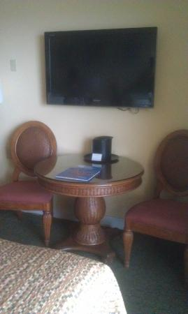 Bilmar Beach Resort : Dining table with wall mounted TV