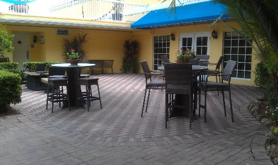 Bilmar Beach Resort: Patio area near the main pool and just outside Bazzies restaurant