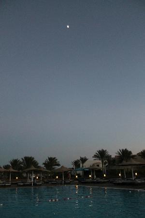 Coral Sea Holiday Village: Pool at dusk
