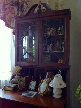 Hanover House Bed & Breakfast: Hanover House, Niagara Falls;  dining room cabinet