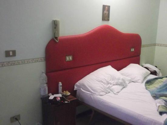 Grotta Antica Hotel: Letto e comodino