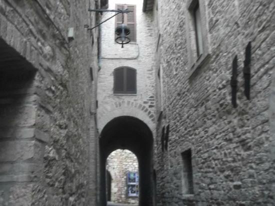 """Grotta Antica Hotel: Veduta dall'ingresso dell'albergo nel vicolo """" a Monte"""""""