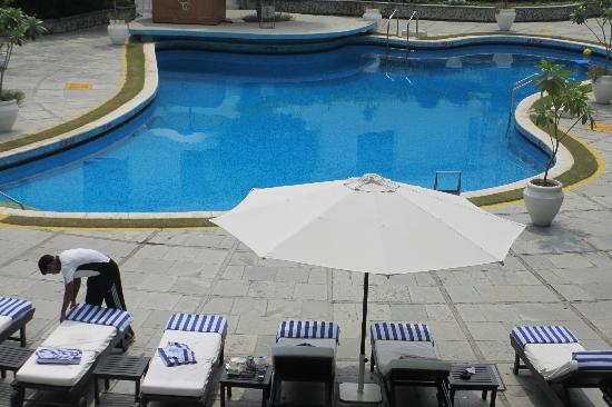 The Claridges New Delhi: Sicht auf den Pool vom Balkon Zimmer 128