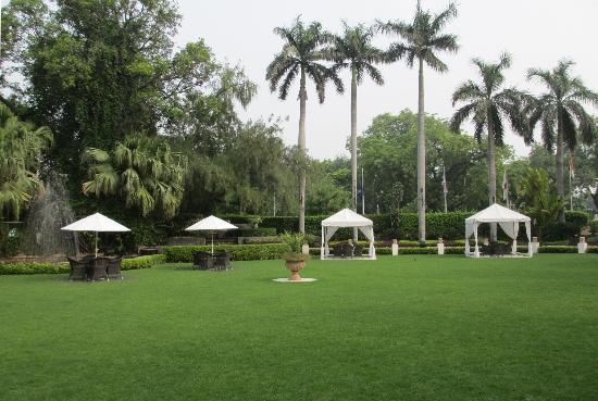 The Claridges New Delhi: Parkanlage vor dem Hoteleingang