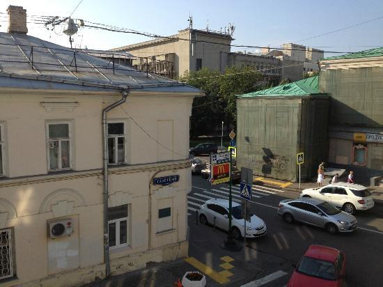 Assambleya Nikitskaya: пер. Газетный (вид из окна)