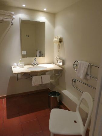 Hotel Cloitre Saint Louis: Spacious bathroom