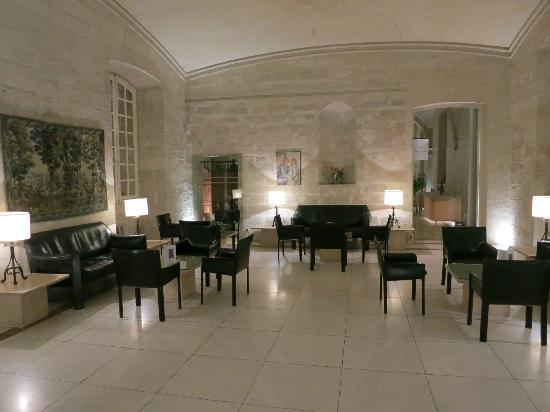 Hôtel Cloitre Saint Louis: Waiting room outside the restaurant