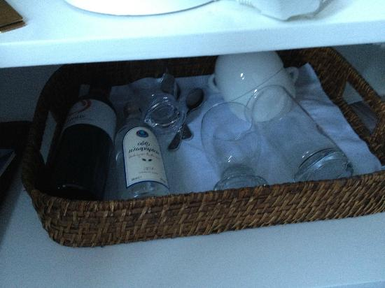 Porto Fira Suites : Wine and wine glasses covered in dust