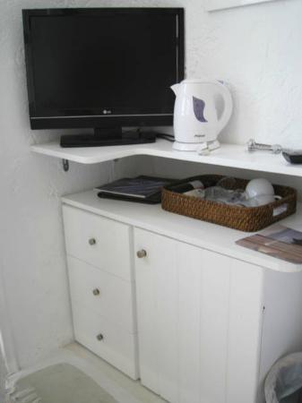 Porto Fira Suites: tv, tea kettle, wine glasses and wine..all covered in dust - could use a good cleaning