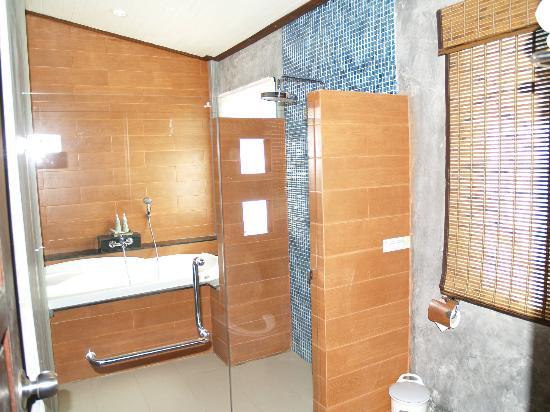 Aonang Phu Petra Resort, Krabi Thailand: Baño