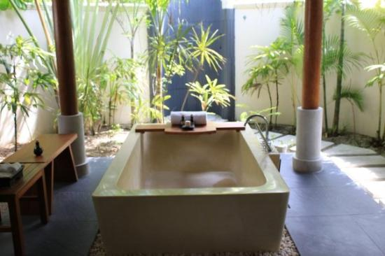 Anantara Dhigu Maldives Resort: Bathroom in Beach Villa