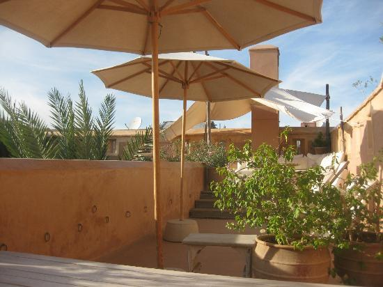 Dar Housnia: Terrace Umbrellas