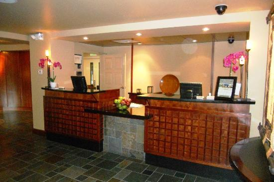 Larkspur Landing Bellevue: Hotel Reception Desk (that's where the free cookies & apples are)