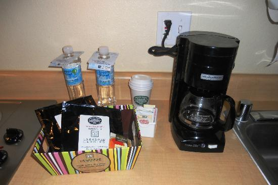 Larkspur Landing Bellevue- An All-Suite Hotel: Executive Suite- Coffee maker