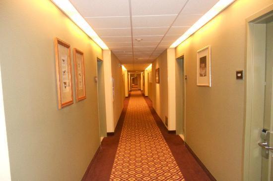 Larkspur Landing Bellevue: Hotel hallway