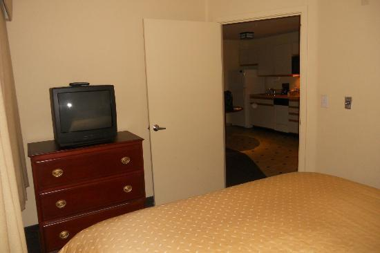 Larkspur Landing Bellevue- An All-Suite Hotel: Executive Room- Bedroom dresser and TV