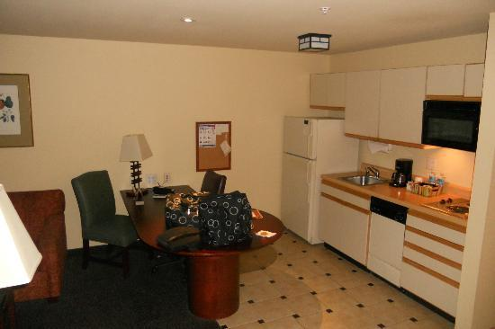 Larkspur Landing Bellevue- An All-Suite Hotel: Executive Suite- Office/Kitchen area