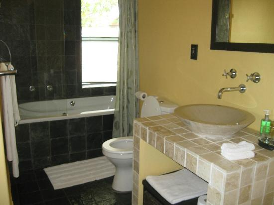 Mandalay Beach Guest House: Excellent bath tub and bathroom to refresh yourself.