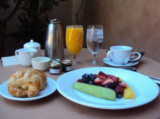 Royal Palms Resort and Spa : continental breakfast on my patio
