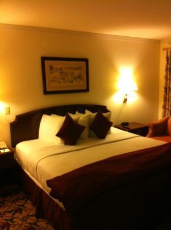 โรงแรมดอลซ์ไฮยส์แมนชั่น: King size bed - well appointed - nice linens