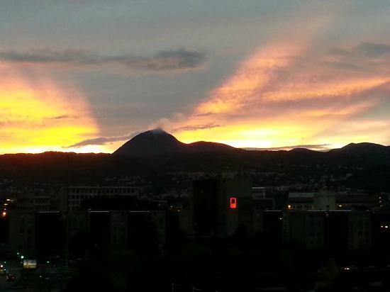 Novotel Suites Clermont Ferrand Polydome : Blick auf den Vulkan Puy-du-Dôme vom Zimmer 617 aus.